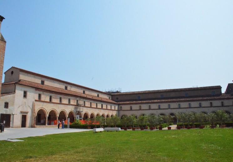 Unweit des Flusses Po gelegen, in der gleichnamigen Ebene, befindet sich dieses grosszügig angelegte Kloster.