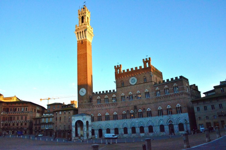 Palio ist ebenfalls der Name für das weltberühmte Pferderennen, welches zwei Mal im Jahr auf diesem Stadtplatz durchgeführt wird.