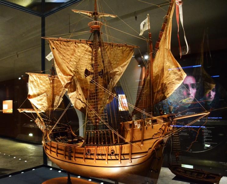 Dies ist ein kunstvolles Modell der Santa Maria, dem Flaggschiff der