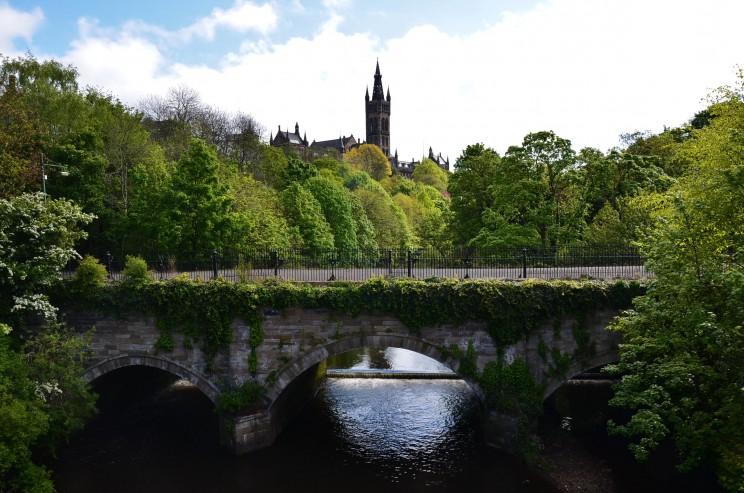 Fast ländlich wirkt diese Szenerie. Doch wir befinden uns mitten in Glasgow. Wir können uns sehr gut vorstellen, dass hier eine zarte Romanze zwischen dem Vater und der Mutter unseres Helden William entstand.