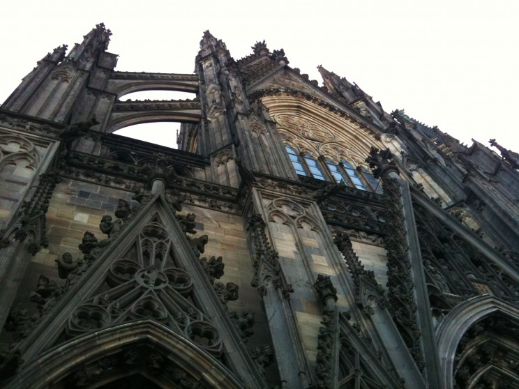 Die mächtige Fassadenfront im eindrucksvollen gotischen Stil. Im Innern des Kölner Wahrzeichens befinden sich, in vergoldeten Särgen, die Gebeine der Heilige drei Könige. Auch unser Held Adson hat diesen Dom besucht.