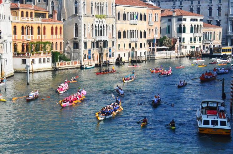Die einstige Rivalität der Städte Venedig, Genua, Pisa und Amalfi ist heute nur noch spürbar in einer bunten, lustigen und feucht-fröhlichen Regatta. Sie führt über 30km an allen Sehenswürdigkeiten von Venedig vorbei. Wir sahen z.B. ein riesiges Piratenschiff mit einem fröhlich rudernden Team aus Holland. Ein  muskelbepackter römischer Legionär absolvierte die 30 km solo mit stand up paddling und Kupferhelm.