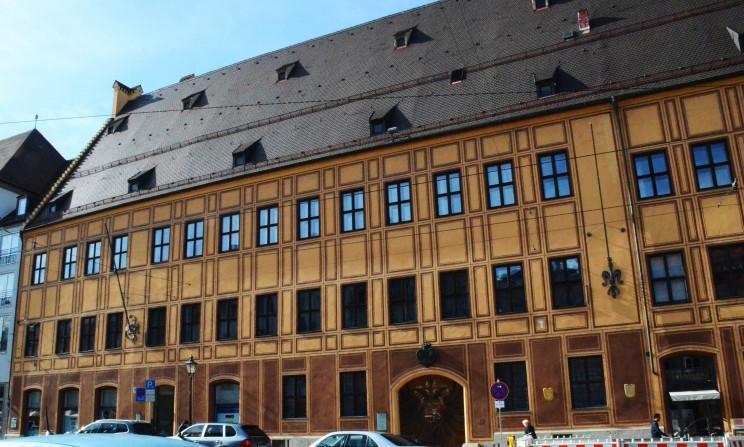 Dieses prächtige Haus war der Hauptsitz der Kaufmannsfamilie Fugger. Ihr sagenhafter Reichtum liess sie als die Investoren von Kaiser Maximilian auftreten. Ohne das Geld der Fugger, wäre Maximilian nie Kaiser geworden.