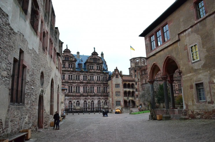 Das Schloss Heidelberg wurde im Pfälzische Erbfolgekrieg (1688–1697), beinahe zerstört. Es thront über der Altstadt von Heidelberg und beherbergt in seinem Keller das grösste Holzfass der Welt mit 220'000 Liter Fassungsvermögen.