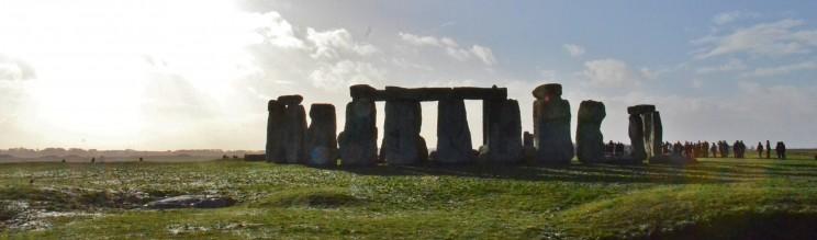 Natürlich ist es ein Ritualort aus uralter Zeit, doch seit einigen Jahren laufen aufschlussreiche Grabungen beim Ness of Brodgar auf den Orkney-Inseln, die schlussendlich eine noch grössere Zeugin aus grauer Vorzeit hervorbringen wird. Momentan schaut die ganze Archäologen-Welt nach Orkney, wo auch viele unserer Helden herstammen.