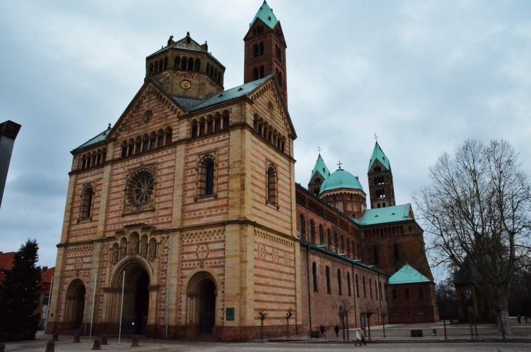 Der Beginn der Bauarbeiten am Dom war 1025. Er galt damals, als der grösste Kirchenbau der Welt. Heute ist es der grösste erhaltene romanische Kirchenbau der Welt.