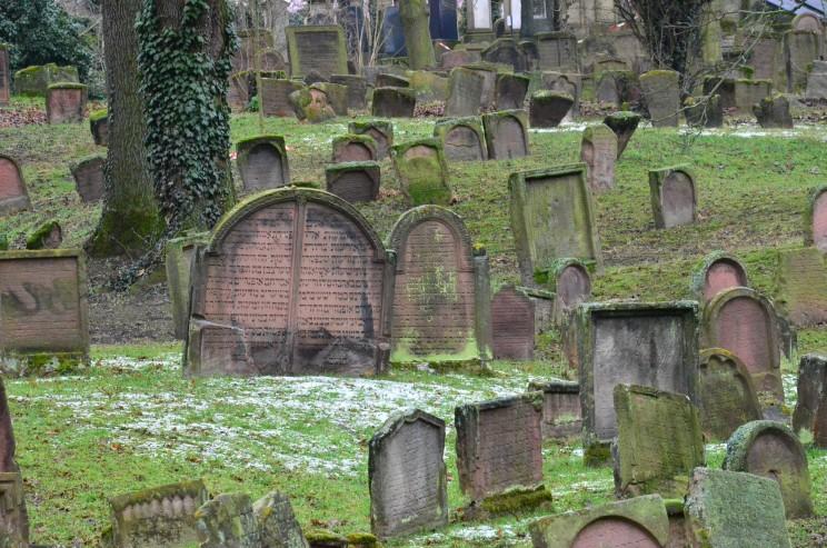 Dieser eindrückliche Friedhof gilt als der älteste in ganz Europa. Die Grabsteine stehen bis in alle Ewigkeit. Somit finden wir auf diesem Friedhof Gräber, welche schon 1'000 Jahre alt sind.